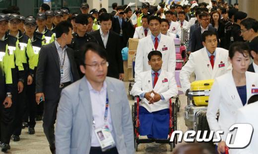 [사진]삼엄한 경계 속 입국하는 北 선수단