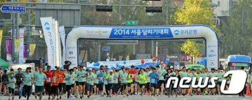 [사진]'서울을 달리자' 힘차게 출발하는 시민들