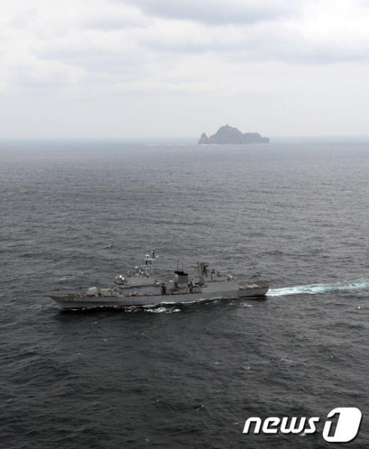 해군 구축함(광개토대왕함, 3200톤급)이 25일 오전 독도 인근 해상에서 열린 독도방어 훈련에서 日 극우단체 민간선박의 영해 침범 저지를 위한 기동훈련을 하고 있다. (해군 제공) 2013.10.25/뉴스1 © News1