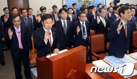 [사진]증인선서하는 윤상직 장관