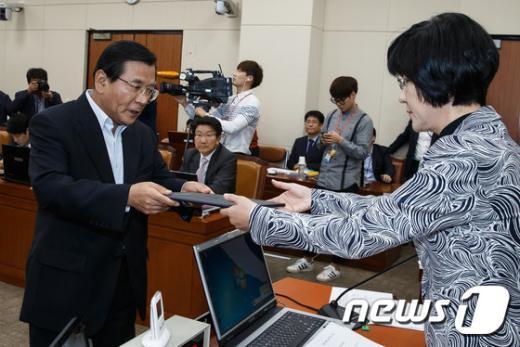 [사진]선서문 전달하는 김대환 노사정위원장