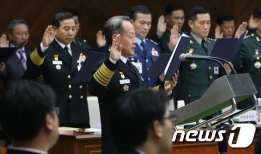[사진]최윤희 합참의장 '국감 선서'