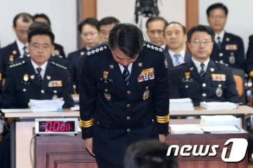 [사진]고개 숙여 인사하는 강신명 경찰청장