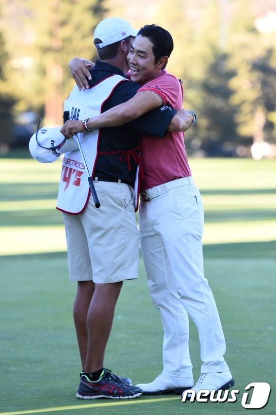 배상문이 13일 PGA투어 개막전 프라이스닷컴 오픈 우승을 확정한 뒤 캐디 맷 미니스터와 포옹을 하며 기쁨을 나누고 있다./ 사진=뉴스1