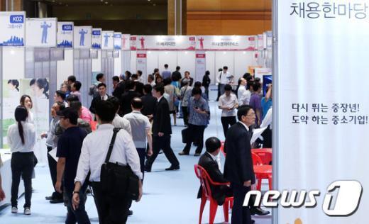 지난 9월22일 서울 강남구 코엑스 D홀에서 열린 '2014 중장년 채용한마당'에서 구직자들이 채용 게시판을 살펴보고 있다.  /뉴스1 ©News1