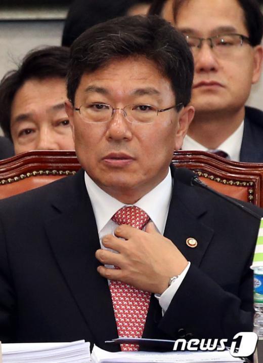 [사진]넥타이 만지는 윤상직 장관