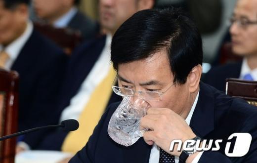 [사진]서승환 장관 '목 타네'