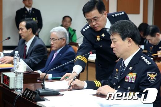[사진]자료 확인하는 강신명 경찰청장