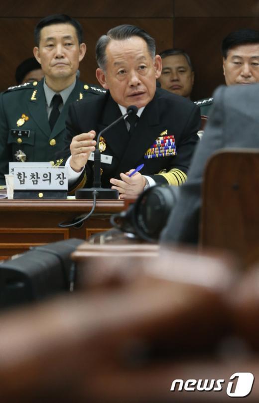 [사진]최윤희 합참의장 '질의에 답변'