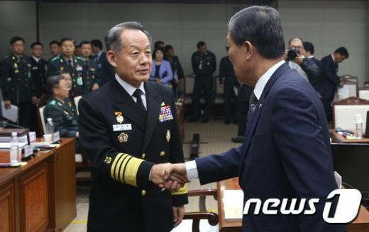 [사진]황진하-최윤희 '국방위 인사'