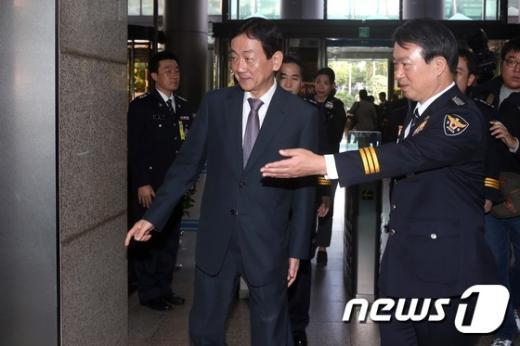 [사진]진영 안행위원장 안내하는 강신명 경찰총장