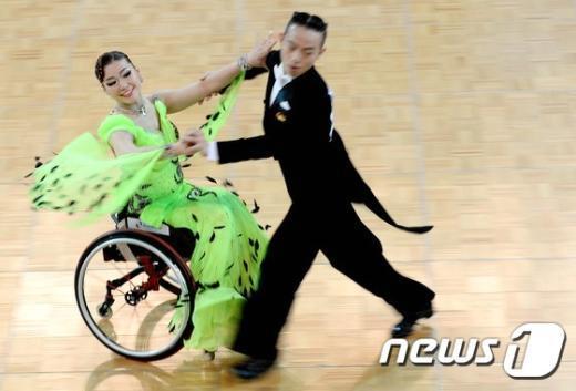 [사진]이재우-장혜정 '멋진 휠체어 댄스'