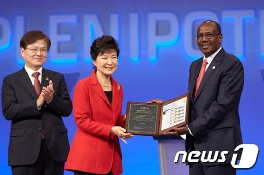 [사진]기념우표 전달하는 박근혜 대통령