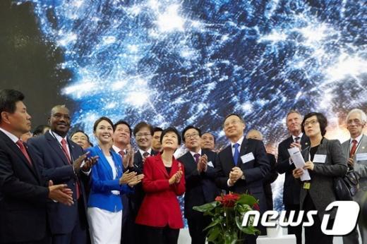 [사진]ITU 전권회의 전시관 관람하는 박근혜 대통령
