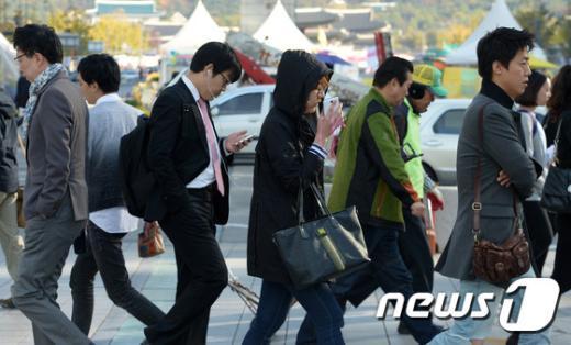 서울 종로구 광화문네거리에서 시민들이 두터운 옷을 입고 출근길을 재촉하고 있다./뉴스1 © News1 민경석 기자