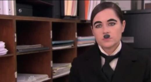 ↑ '히틀러' 코스프레로 착각할 수 있겠지만, 사실 '찰리 채플린' 코스프레다.ㅣ