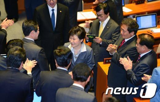 [사진]의원들 박수 받으며 본회의장 나서는 박근혜 대통령