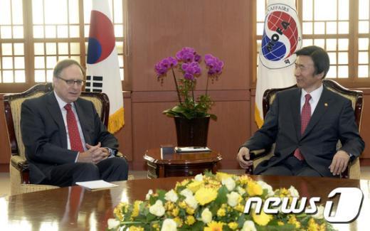 [사진]윤병세 장관, 알렉산더 버시바우 나토 사무차장 접견