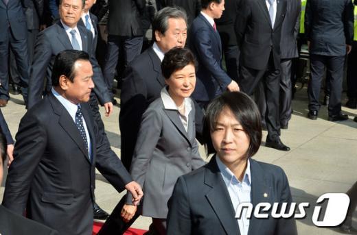 [사진]시정연설 마치고 국회 나서는 박근혜 대통령