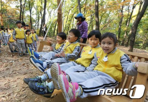[사진]리사이클링 숲속 놀이터 '인기 만점'