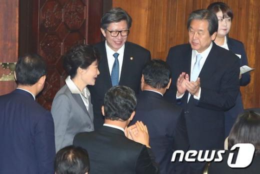 [사진]박근혜 대통령 맞이하는 김무성 새누리당 대표