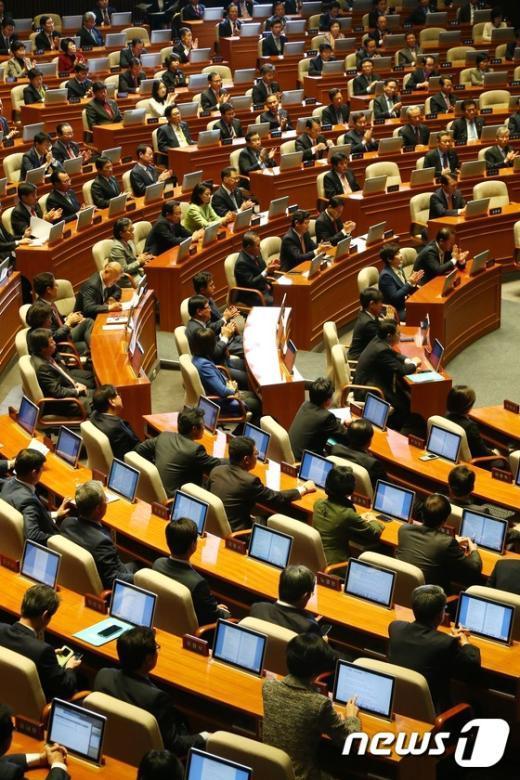 [사진]국회 본회의장 야당의원들 모습