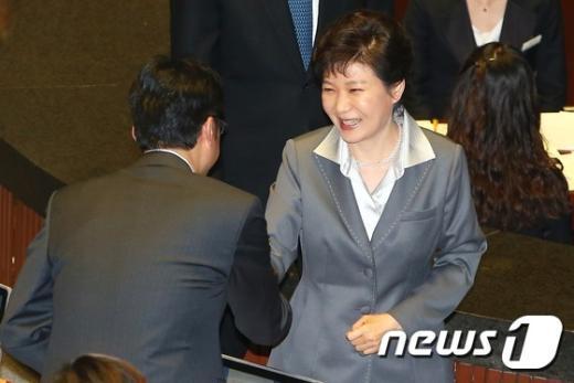 [사진]의원들과 인사하는 박근혜 대통령