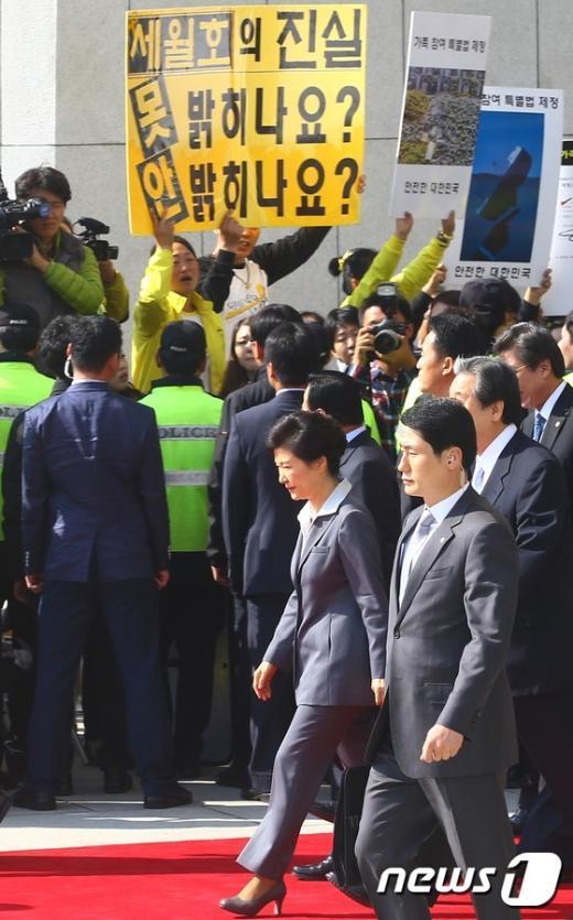[사진]국회 떠나는 박근혜 대통령 '세월호 유가족의 외침은...'