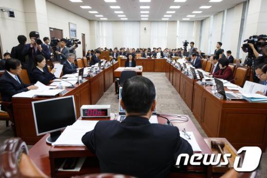 [사진]'예산 심의' 국방위 전체회의