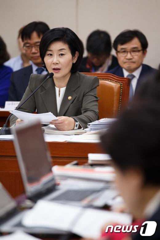 [사진]답변하는 김희정 여성가족부 장관