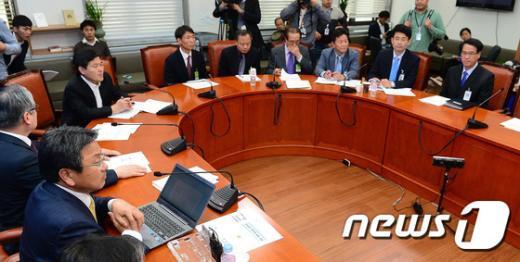 [사진]공적연금 관련 보고 받는 강기정 단장