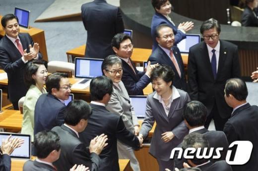 [사진]의원들과 인사 나누는 朴 대통령