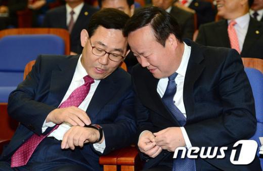 [사진]시계보며 대화하는 주호영-김재원