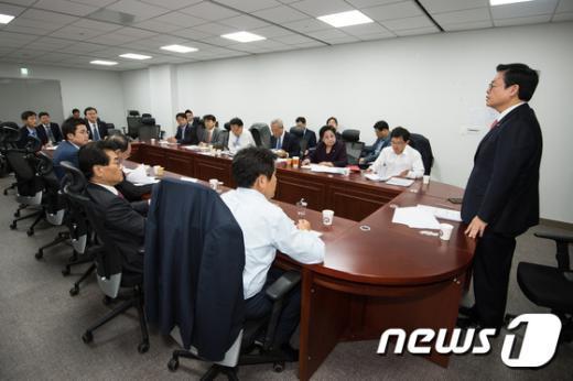 [사진]금융위 당정협의 모두발언하는 정우택 정무위원장