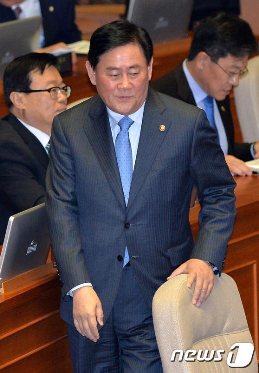 [사진]본회의 출석한 최경환 경제부총리