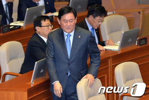[사진]대정부 질문 본회의 출석한 최경환 경제부총리