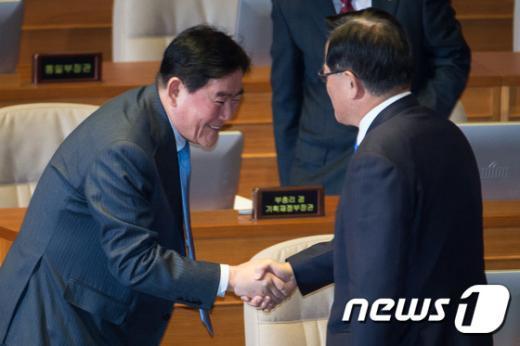 [사진]국회의장과 인사하는 최경환 경제부총리