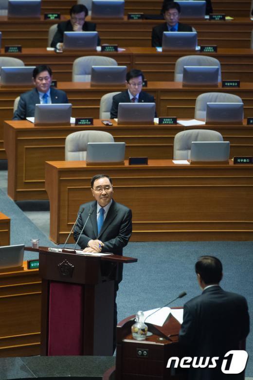[사진]질의 답하는 정홍원 총리