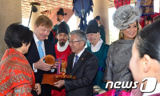[사진]기념품 받는 네덜란드 국왕 내외