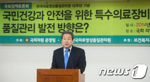 [사진]토론회 축사하는 김무성 새누리당 대표