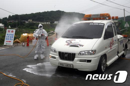 조류인플루엔자(AI) 방역 활동을 하고 있는 전라남도 방역요원들(전남도 제공)./뉴스1 © News1 김한식