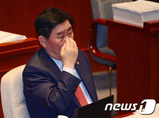 [사진]최경환 경제부총리 '예산고민'