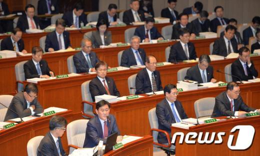 [사진]예결위 전체회의 출석한 국무위원들