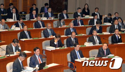 [사진]예결위 전체회의 출석한 정홍원 총리와 국무위원들