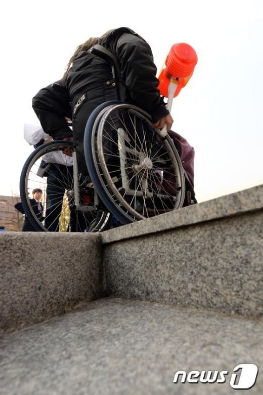[사진]'마로니에공원에는 휠체어 경사로가 부족해'