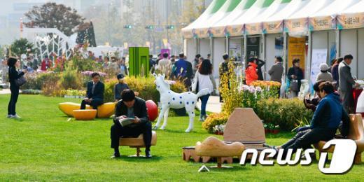 [사진]잔디밭으로 변한 광화문 광장