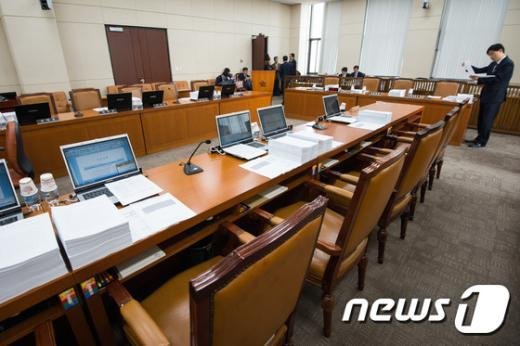 [사진]텅 빈 안행위 회의실 '정부조직법 시행일 협상 난항'