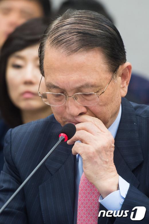 [사진]얼굴 매만지는 김기춘 대통령 비서실장