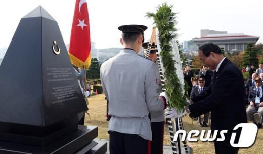 [사진]헌화하는 박승춘 국가보훈처장