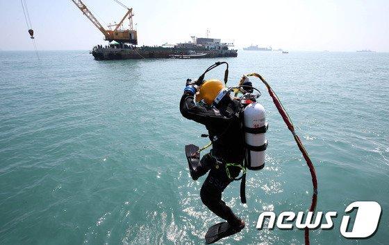 세월호 침몰 사고가 발생한 전남 진도군 관매도 인근 해역에서 한 잠수부가 물 속으로 들어가고 있다/ 사진=뉴스1